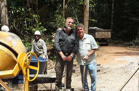 Max Planck coordinator Jürgen Kesselmeier and INPA director Luiz Renator de França during the ceremony for the start of construction of the 325 meter high climate tower in the Amazon rain forest. (Photo courtesy of S. Benner, MPI for Chemistry)